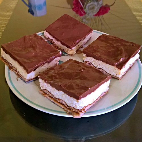 Visokoproteinski voćni kolač s čokoladom i preljevom od jagode i maline