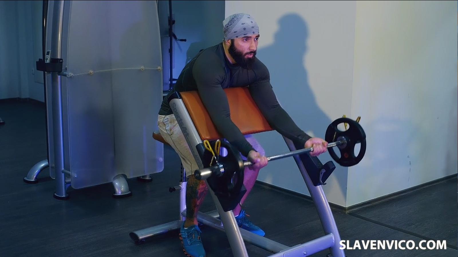 Biceps na scott klupi ravna sipka